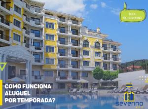 Imagem título; Como funciona aluguel por temporada? No plano de fundo, um condomínio paradisíaco com uma piscina azul em um dia ensolarado