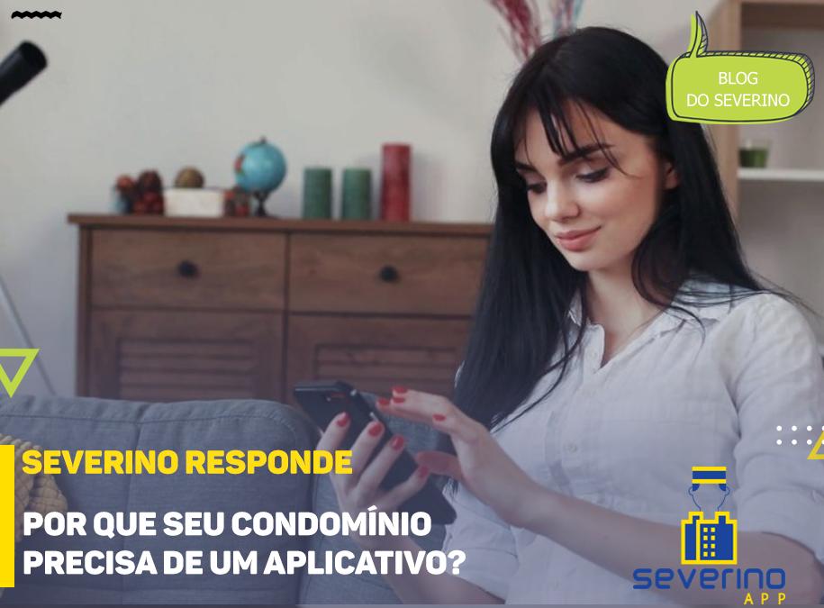 Uma mulher sentada no sofá de sua sala segura seu celular, utilizando o aplicativo de seu condomínio